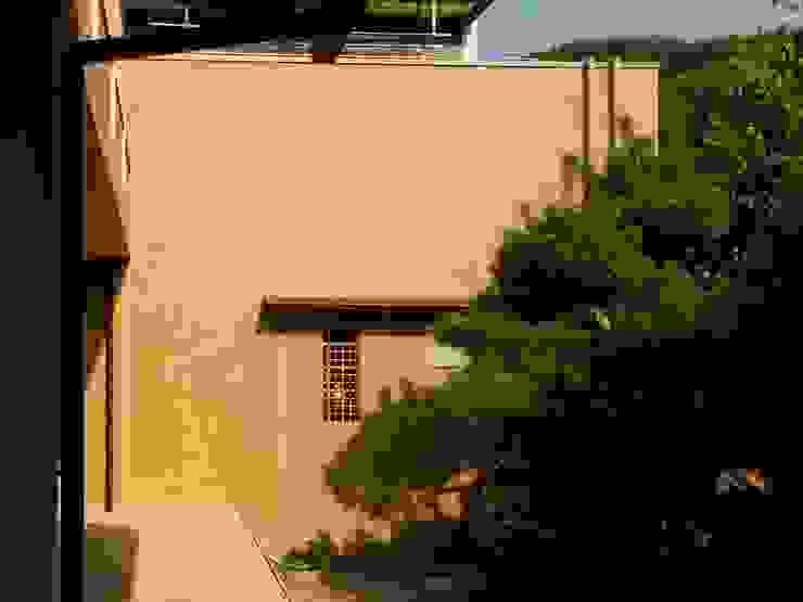 デッキと土壁 モダンデザインの テラス の アンドウ設計事務所 モダン 無垢材 多色
