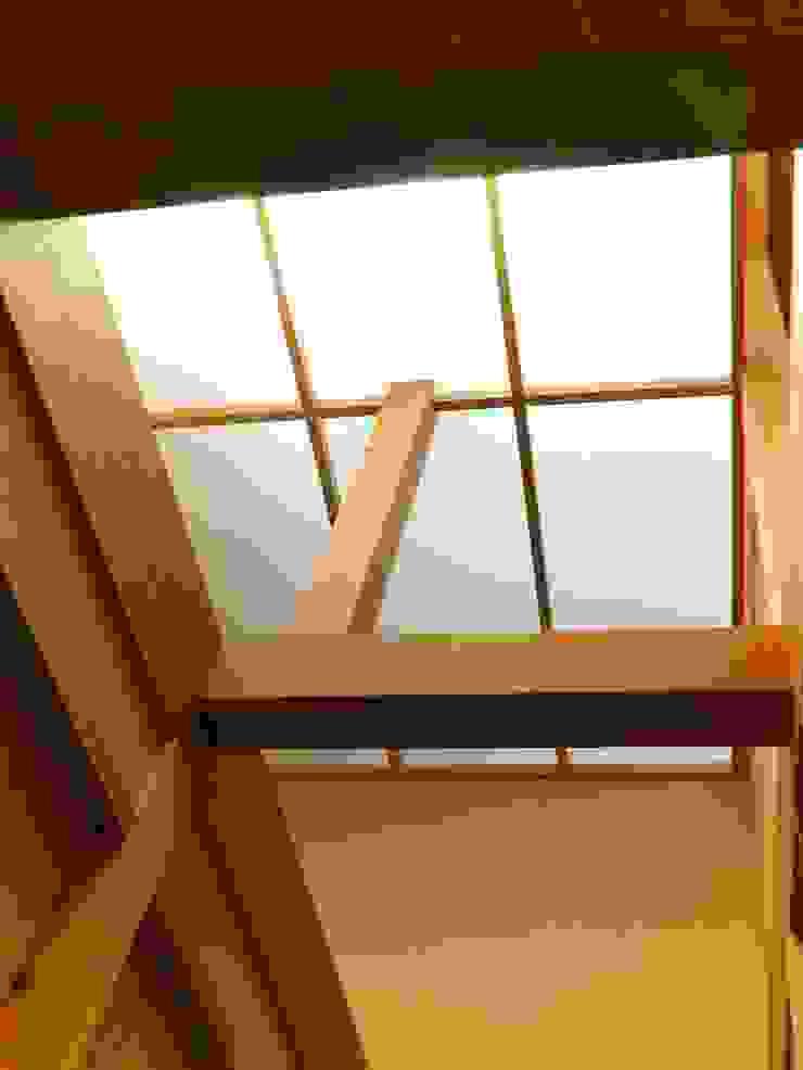 廊下トップライト モダンスタイルの 玄関&廊下&階段 の アンドウ設計事務所 モダン 無垢材 多色
