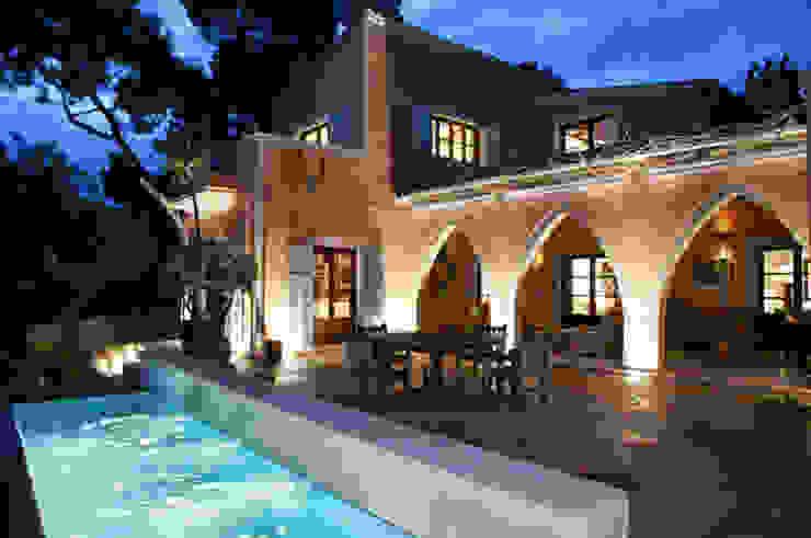 HOUSE in Majorca, Spain Piscinas de estilo moderno de aureolighting Moderno