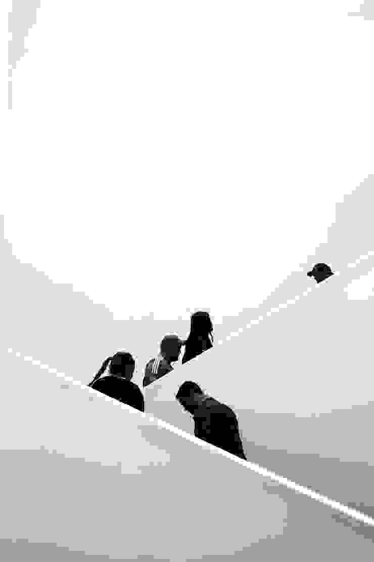 Endless Gabriel Gomez Photography Pasillos, vestíbulos y escaleras de estilo minimalista Concreto Blanco