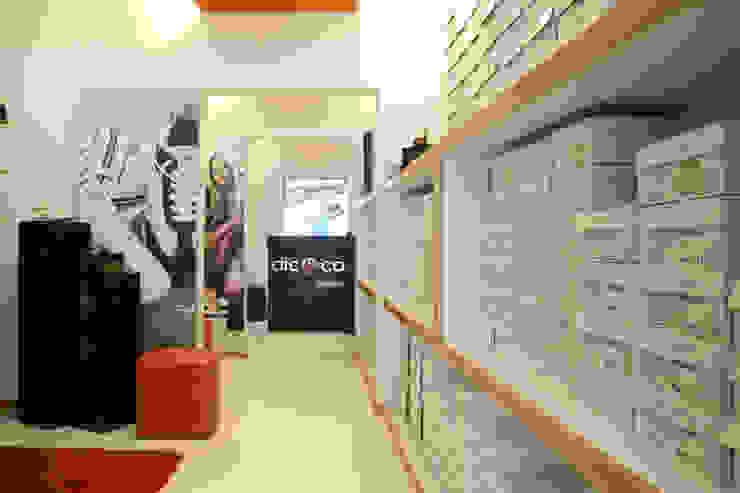 Dic & Co Paredes y pisos de estilo moderno de DIN Interiorismo Moderno