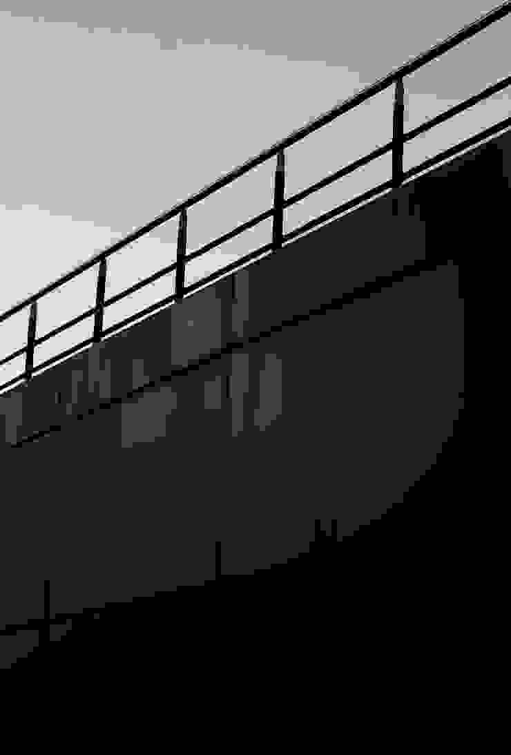 Black Bridge Gabriel Gomez Photography Pasillos, vestíbulos y escaleras de estilo minimalista Metal Negro
