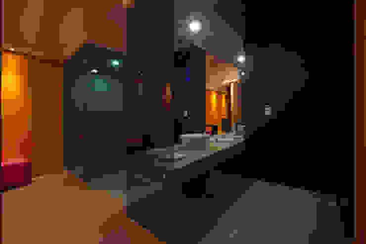 Hotel C5C Baños modernos de DIN Interiorismo Moderno