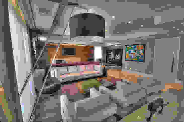 Modern living room by Pauline Kubiak Arquitetura Modern Solid Wood Multicolored