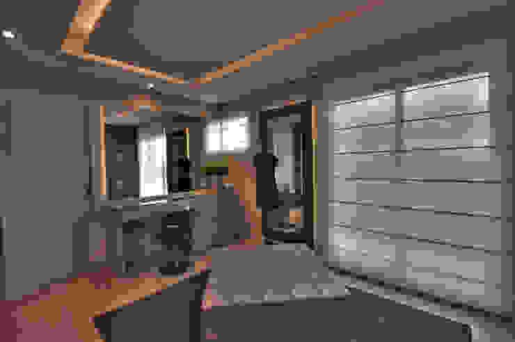 Modern dressing room by Pauline Kubiak Arquitetura Modern