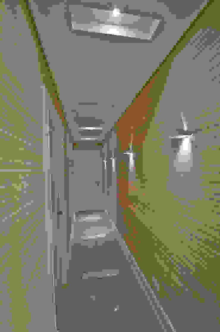 Modern Corridor, Hallway and Staircase by Pauline Kubiak Arquitetura Modern