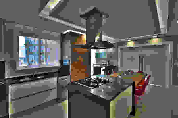 Modern kitchen by Pauline Kubiak Arquitetura Modern Wood Wood effect