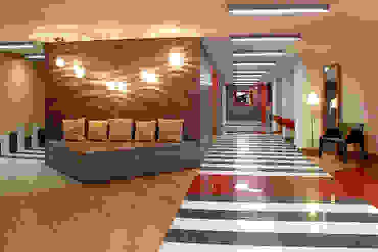 Hotel Howard Johnson Pasillos, vestíbulos y escaleras modernos de DIN Interiorismo Moderno