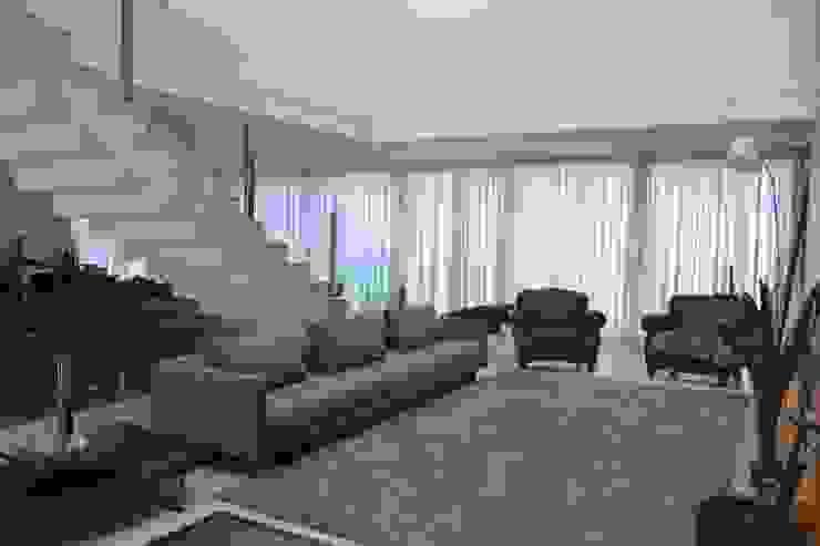 现代客厅設計點子、靈感 & 圖片 根據 Juliana Goulart Arquitetura e Design de Interiores 現代風