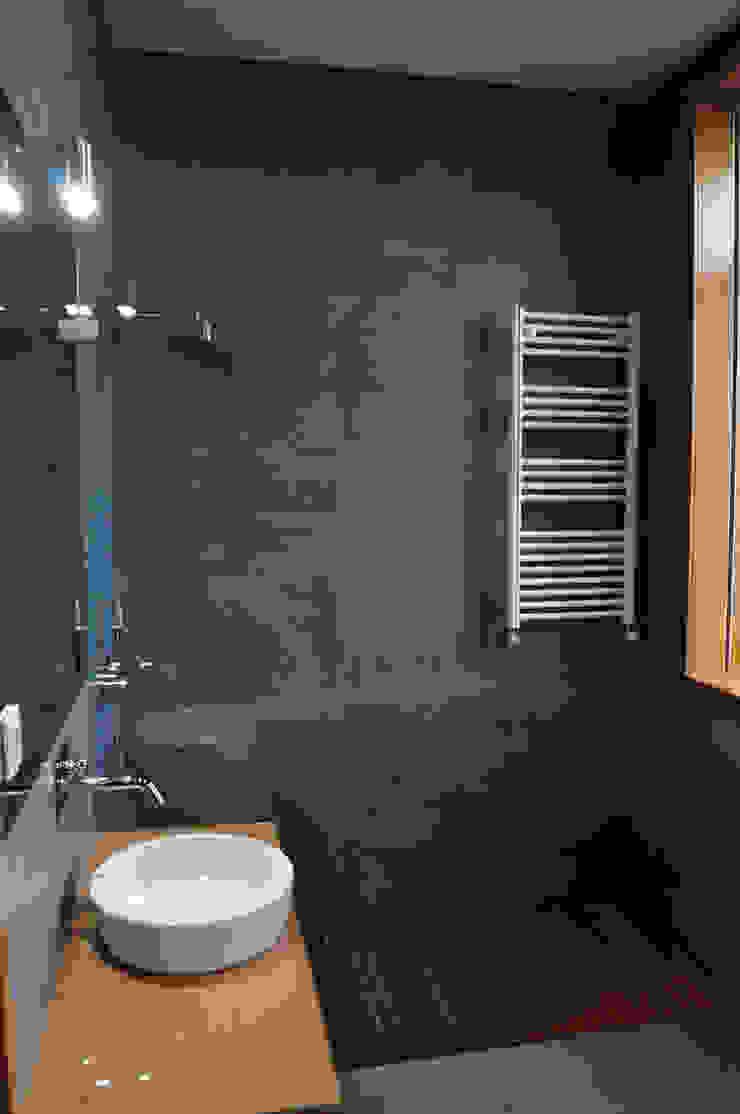 Vila Margarida Casas de banho modernas por INSIDE arquitectura+design Moderno