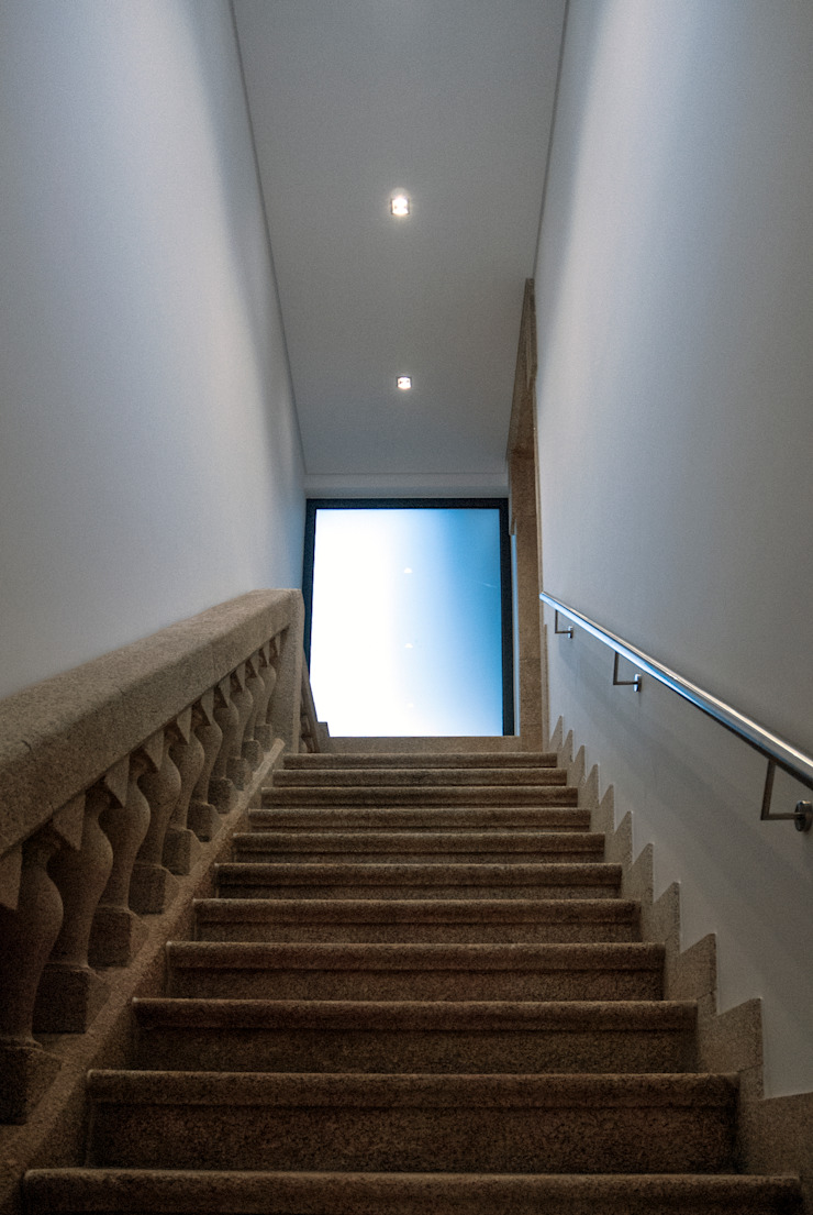 Modern Corridor, Hallway and Staircase by INSIDE arquitectura+design Modern