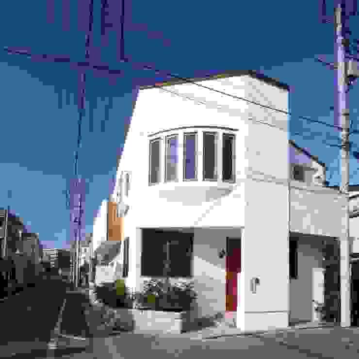 外観(漆喰塗の外壁と木製窓) クラシカルな 家 の 中川龍吾建築設計事務所 クラシック 石灰岩