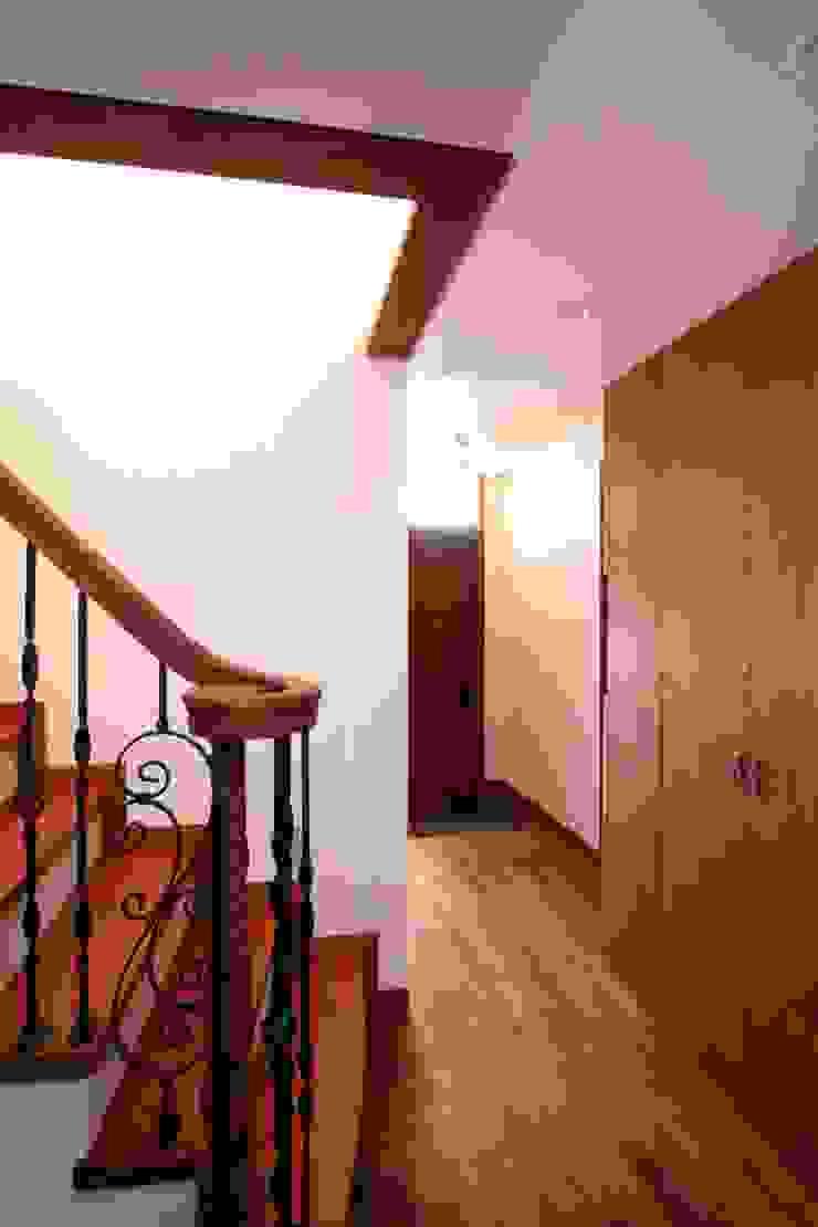 階段下より玄関を望む クラシカルスタイルの 玄関&廊下&階段 の 中川龍吾建築設計事務所 クラシック 木 木目調
