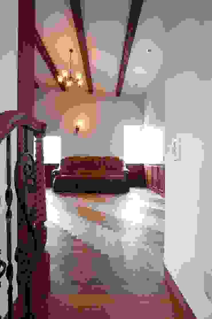 階段上部より2階のリビングを望む クラシックデザインの リビング の 中川龍吾建築設計事務所 クラシック 木 木目調