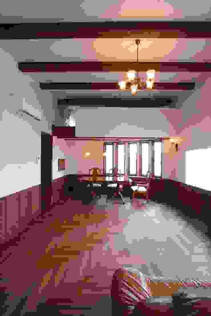 2階、リビングよりダイニングを望む クラシックデザインの リビング の 中川龍吾建築設計事務所 クラシック