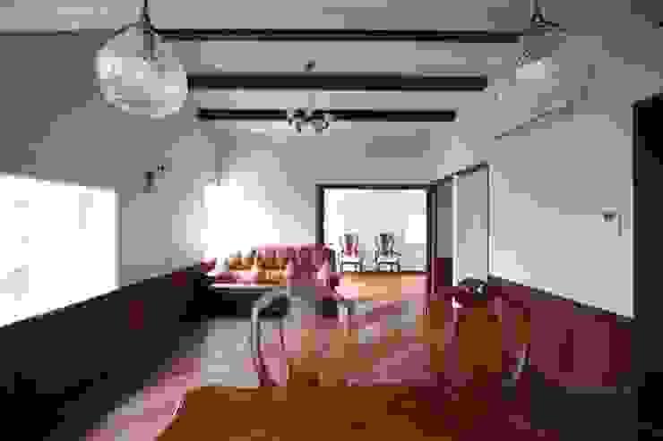 ダイニングよりリビングを望む クラシックデザインの リビング の 中川龍吾建築設計事務所 クラシック