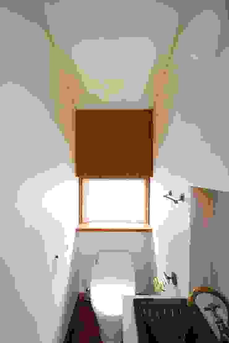 2階、トイレ クラシックスタイルの お風呂・バスルーム の 中川龍吾建築設計事務所 クラシック 木 木目調
