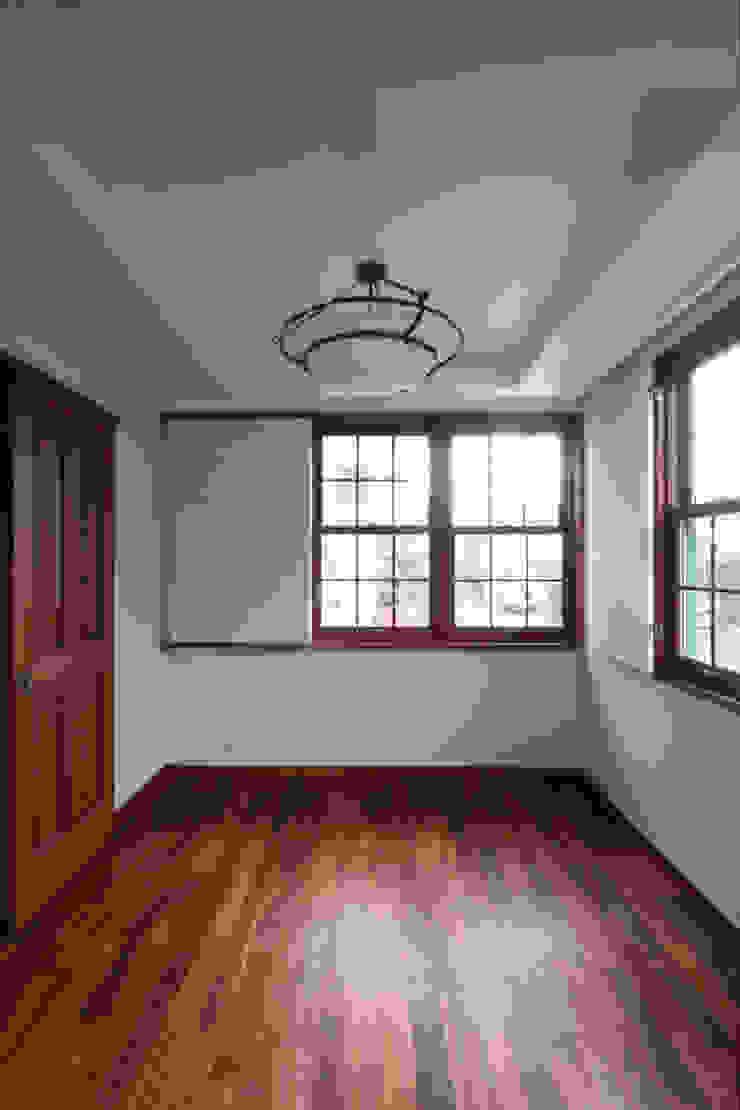 主寝室 クラシカルスタイルの 寝室 の 中川龍吾建築設計事務所 クラシック 木 木目調