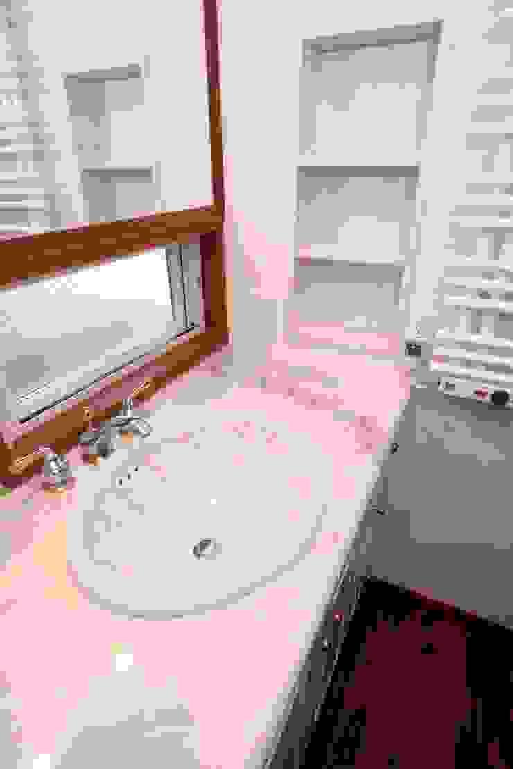1階、洗面台廻り クラシックスタイルの お風呂・バスルーム の 中川龍吾建築設計事務所 クラシック 木 木目調