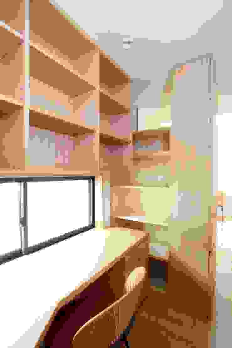 Moderne studeerkamer van 中川龍吾建築設計事務所 Modern Hout Hout