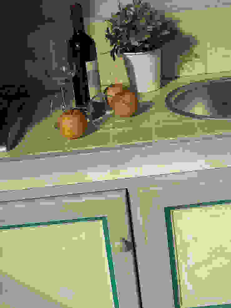 Cocinas de estilo mediterráneo de LA BOTTEGA DEL FALEGNAME Mediterráneo Madera maciza Multicolor