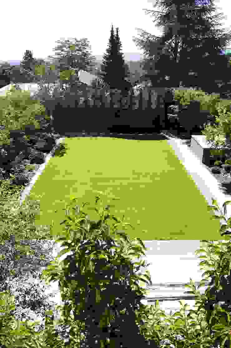 Rasenfläche mit Blick auf Cortenstahlwand Moderner Garten von dirlenbach - garten mit stil Modern