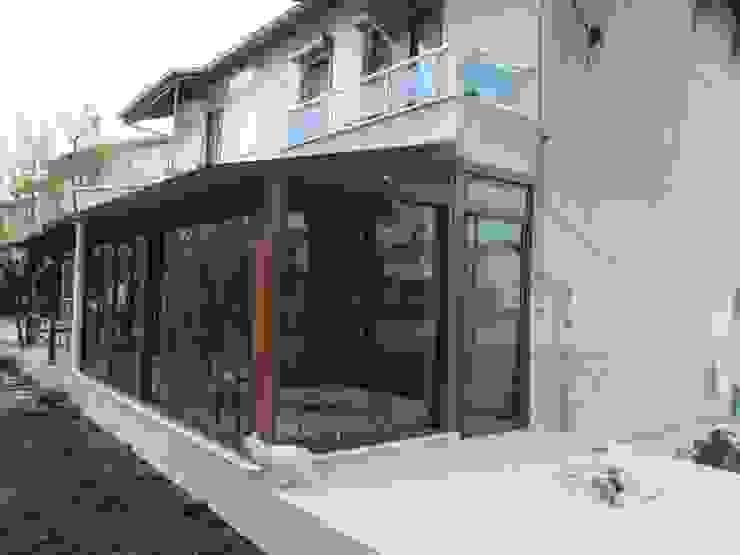 Балкон и терраса в стиле модерн от Bozkır yapı Модерн Стекло