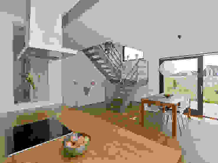 Aufgang ins Obergeschoss Skandinavischer Flur, Diele & Treppenhaus von gondesen architekt Skandinavisch