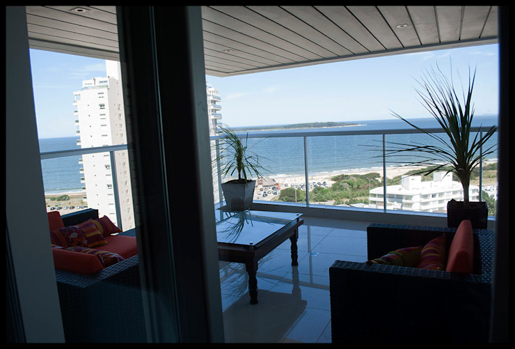 Terraza al mar Balcones y terrazas de estilo ecléctico de Diseñadora Lucia Casanova Ecléctico