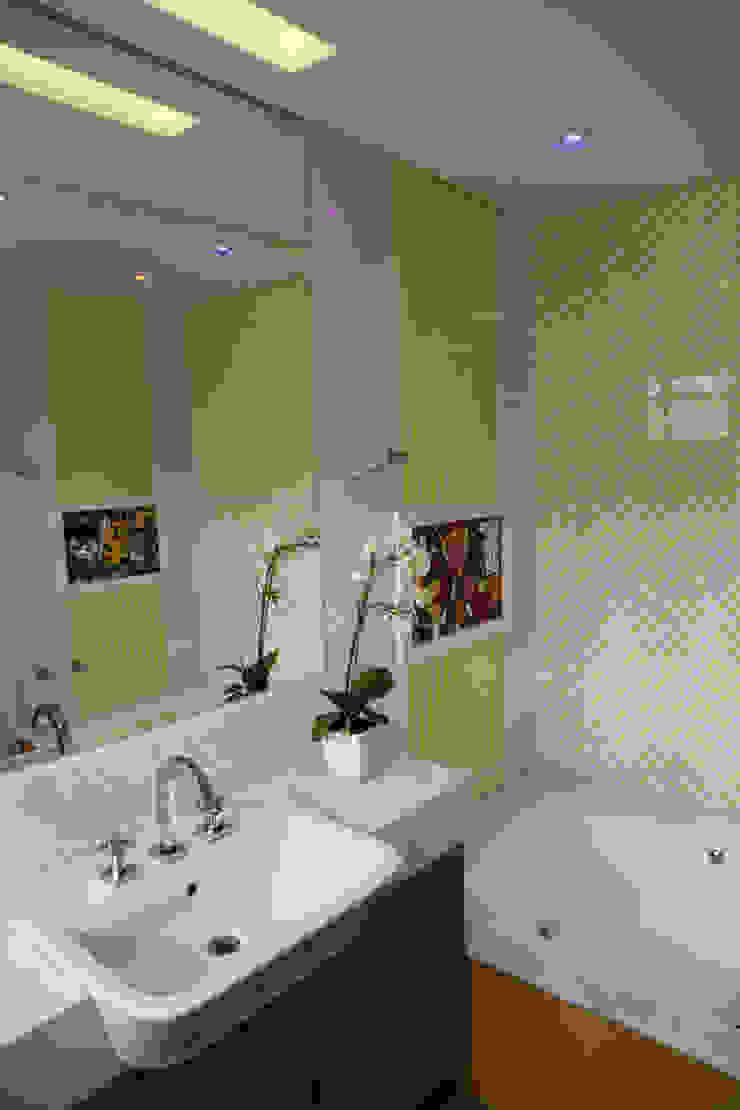 Modern style bathrooms by Suelen Kuss Arquitetura e Interiores Modern Marble
