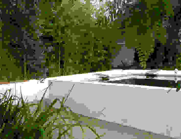 Garden with irrigation tank Atelier Jardins do Sul Jardins ecléticos