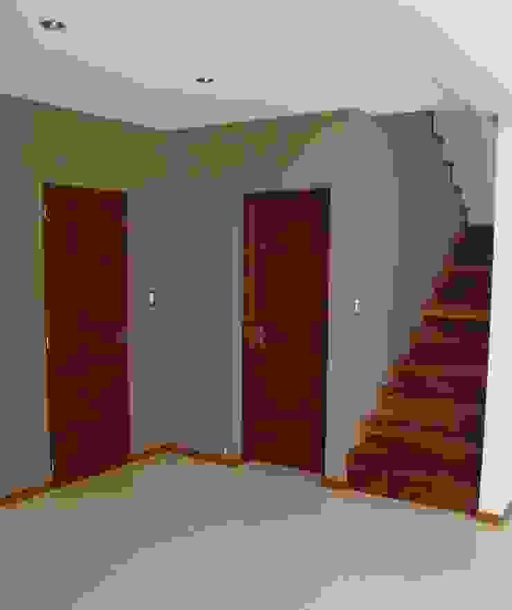 Casa PK Pasillos, vestíbulos y escaleras minimalistas de Brarda Roda Arquitectos Minimalista