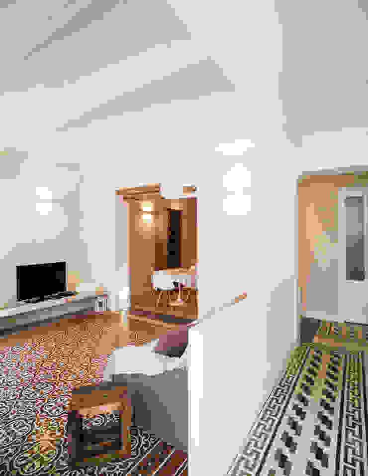 Mediterranean style living room by Studio Vetroblu_Stefano Ferrando Mediterranean