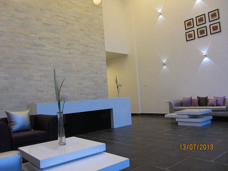 GR CONSTRUCTIONS, CLUBHOUSE, BANGALORE. (www.depanache.in) Modern walls & floors by De Panache - Interior Architects Modern