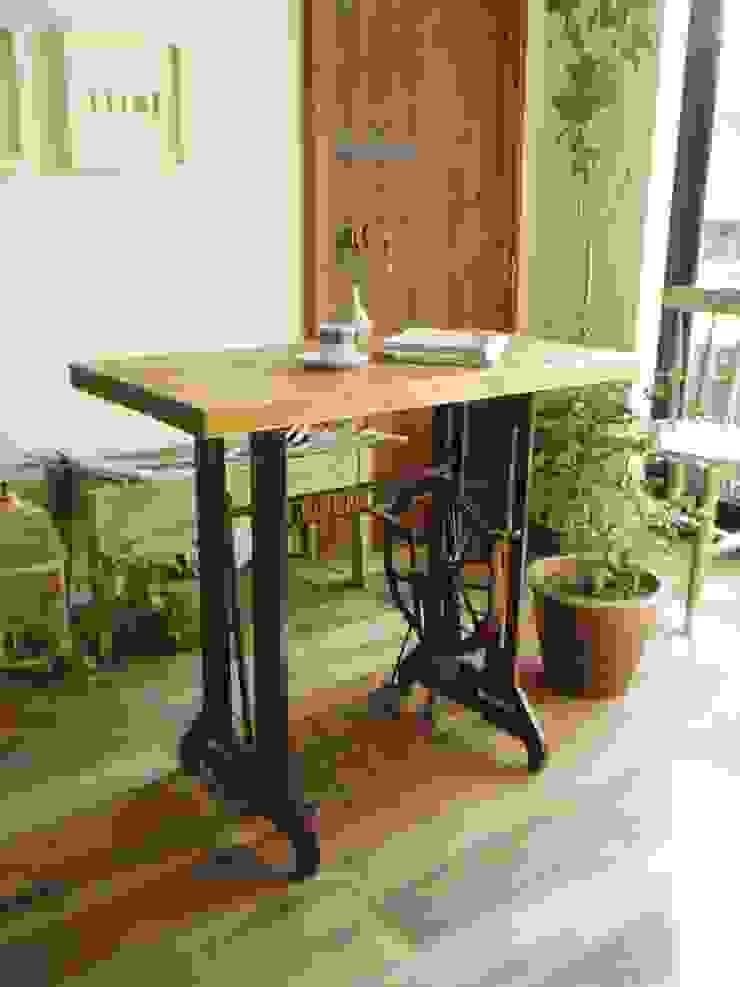 流木天板とミシン脚のテーブル: 流木専門店 海の木が手掛けた素朴なです。,ラスティック