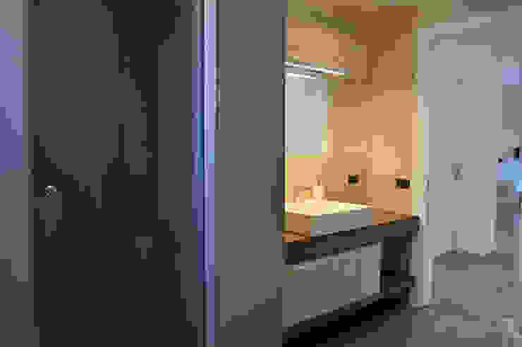 Modern bathroom by tizianavitielloarchitetto Modern