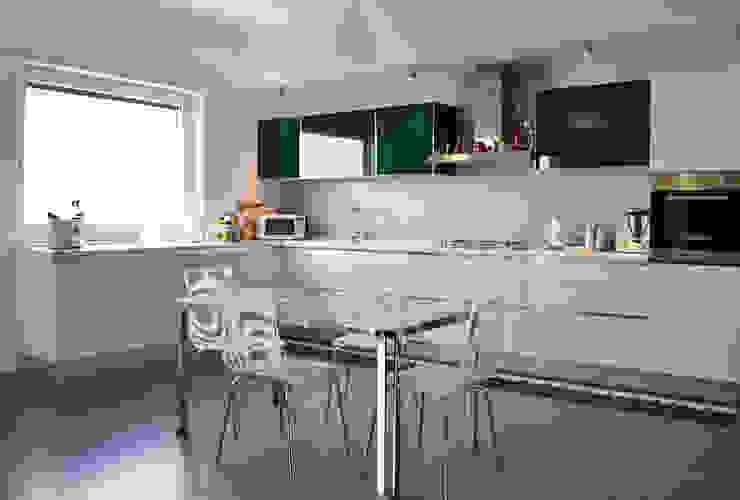 Modern kitchen by tizianavitielloarchitetto Modern