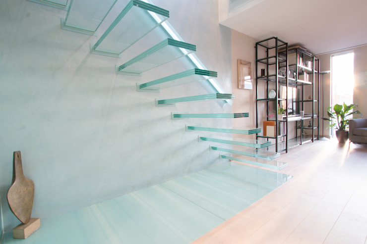 ​A single-flight cantilever staircase crafted in toughened, laminated glass Railing London Ltd Moderner Flur, Diele & Treppenhaus