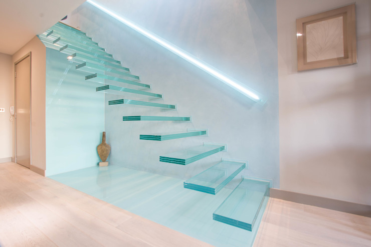 ​A single-flight cantilever staircase crafted in toughened, laminated glass 모던스타일 복도, 현관 & 계단 by Railing London Ltd 모던