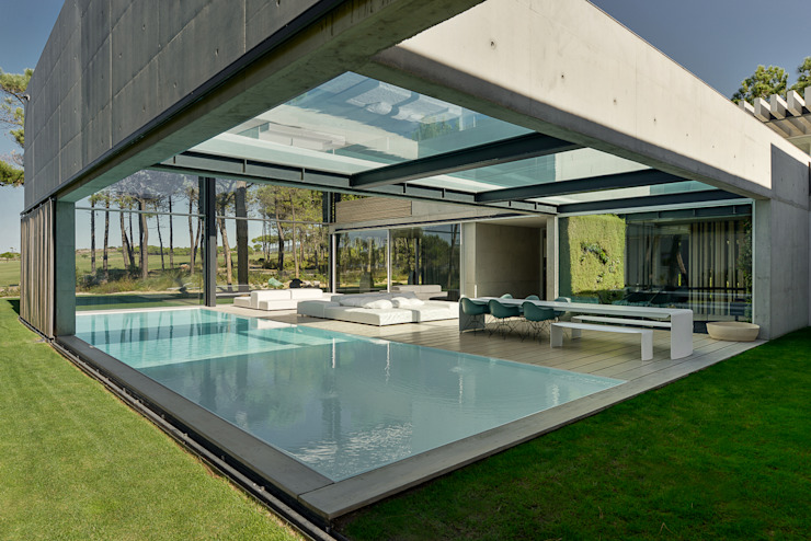 The Wall House: Piscinas  por guedes cruz arquitectos,Minimalista