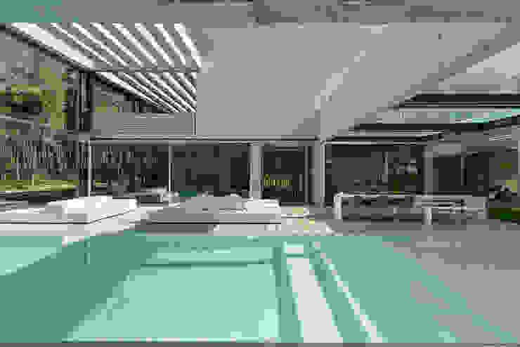 The Wall House: Piscinas  por guedes cruz arquitectos,