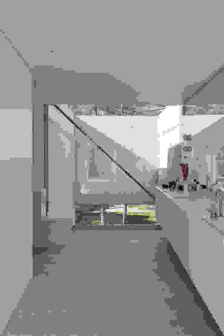Minimalist bathroom by guedes cruz arquitectos Minimalist