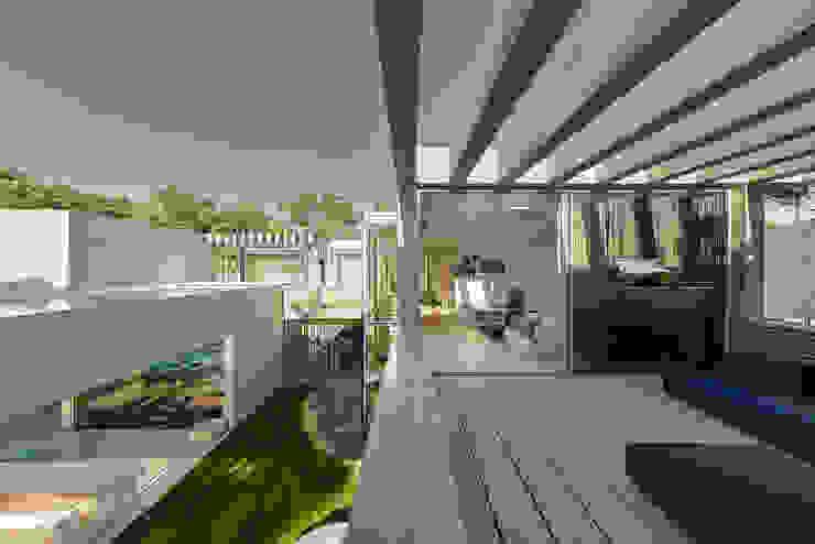 Balcones y terrazas de estilo minimalista de guedes cruz arquitectos Minimalista