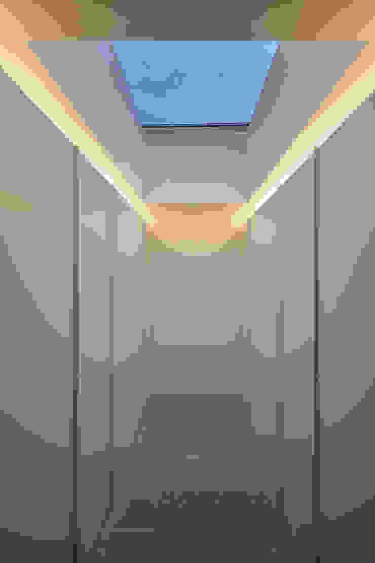 Minimalist dressing room by guedes cruz arquitectos Minimalist