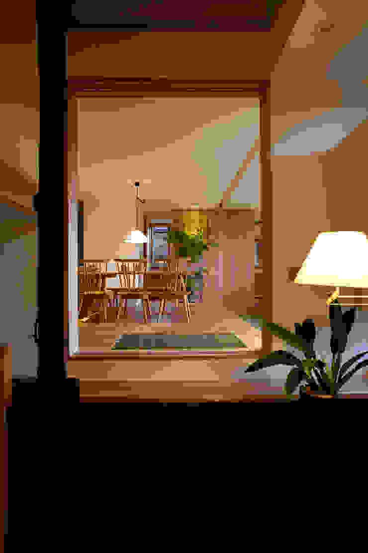 Asian style corridor, hallway & stairs by 辻健二郎建築設計事務所 Asian
