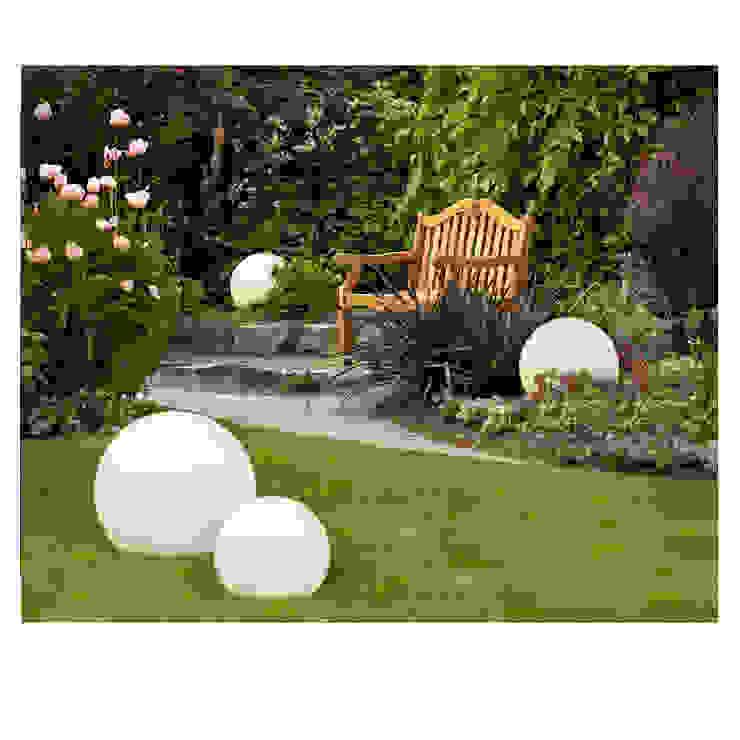 Świecące kule w ogrodzie. od 4FunDesign.com Nowoczesny