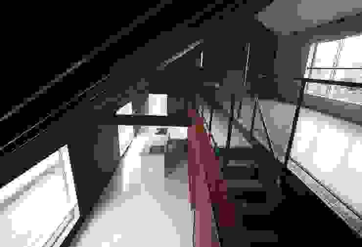 アルフラー邸 モダンスタイルの 玄関&廊下&階段 の ジャムズ モダン