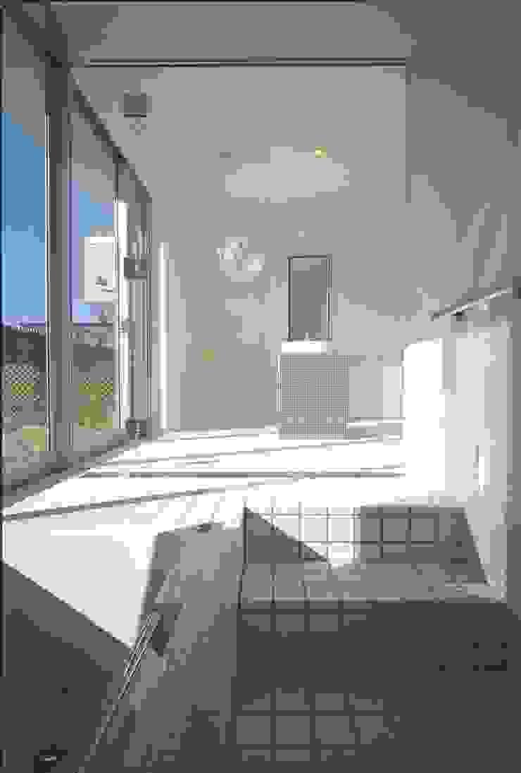 アルフラー邸 モダンスタイルの お風呂 の ジャムズ モダン