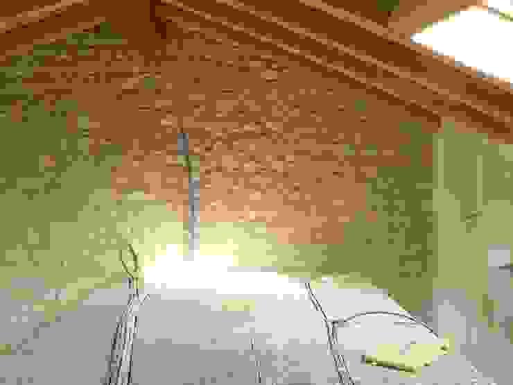 Situazione del soppalco prima dell intervento di Interior design di GRAPHOS_DS Moderno Legno Effetto legno