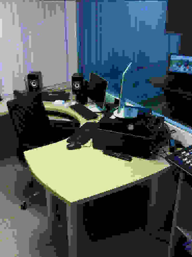Estación de Radio INTRO 90.5 FM de Forma y Espacio Arquitectos Constructores CA Moderno Compuestos de madera y plástico